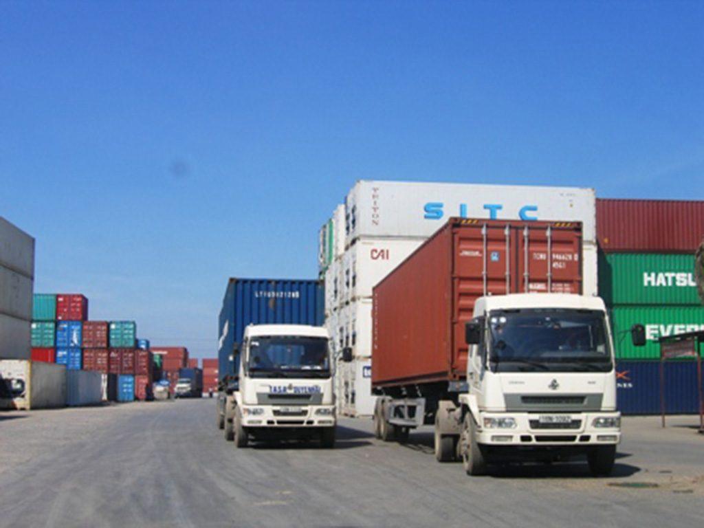 Vận chuyển hàng hóa bằng container đường bộ được nhiều doanh nghiệp lựa chọn.