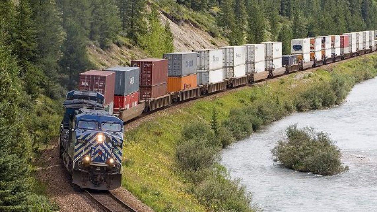 Gửi xe ô tô bằng xe tải là phương án có chi phí thấp hơn so với vận chuyển bằng tàu hỏa